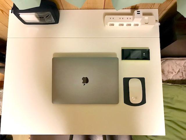 壁掛けデスクの設置。MacBook Proを置く