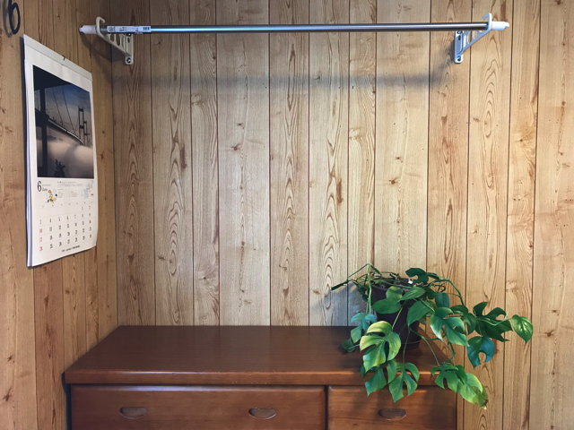 壁に直付けの物干しスタンド。取付5