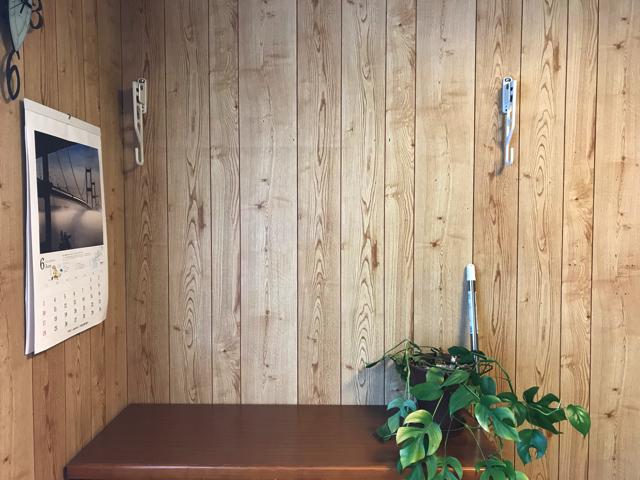 壁に直付けの物干しスタンド。収納